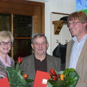 Mit Brigitte Sliwa und Jürgen Olbrich konnte der Ortsvereinsvorsitzende Harald Beckers zwei langjährige Mitglieder der SPD ehren.